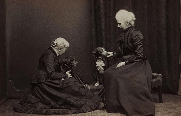 사진: 최초의 여자 의사가 된 엘리자베스 블랙웰의 노년의 모습. 빈민의 아이를 양녀로 들여서 여생을 마칠 때까지 함께 했다고 한다. 그녀가 기르던 강아지들과의 가족사진인 셈이다. [엘리자베스 블랙웰의 일생]