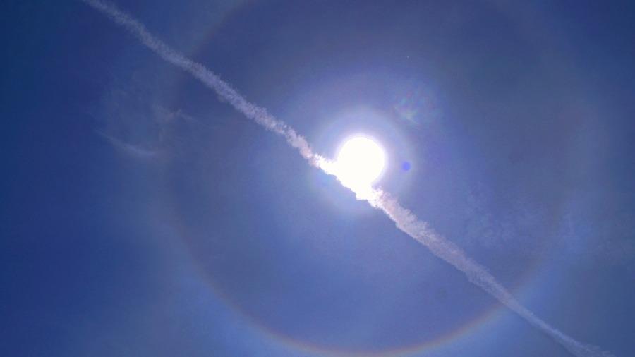 태양을 가로지른 비행운