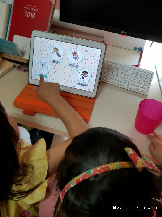 유아영어학습지는 웅진북클럽 잉글리쉬투게더에요.